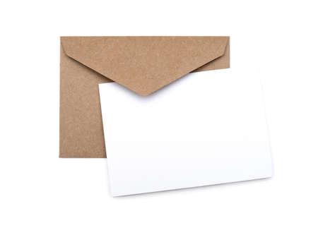 흰색 위에 빈 흰색 카드와 갈색 봉투