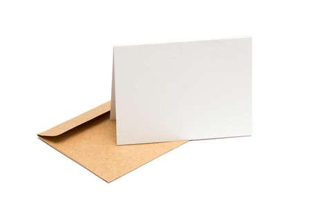 tarjeta de invitacion: sobre marr�n con una tarjeta en blanco sobre blanco
