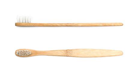 白い背景の上の木製歯ブラシ
