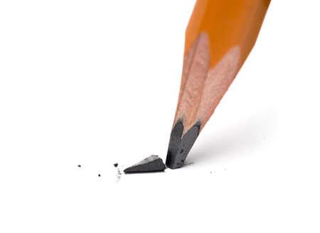 lapiz y papel: Cabeza rota de l�piz afilado sobre un papel blanco