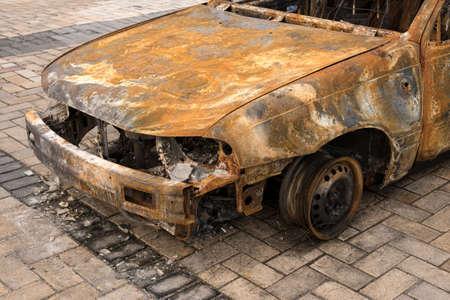 abandoned car: frente a quemado coche abandonado