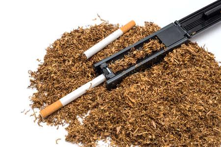 papel filtro: Máquina de tabaco a la rodadura y tubo de vacío de cigarrillos y el tabaco en el fondo blanco Foto de archivo