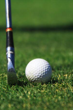 competitividad: Un club de Hierro prepara para golpear una pelota de golf