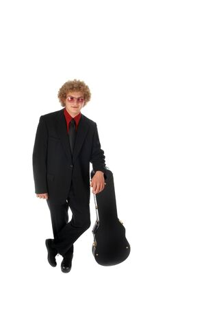 guitar case: Guitar Player en un traje se apoya en un estuche de guitarra.