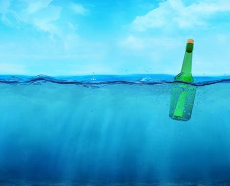 linea de flotaci�n: 3d botella flotando con el mensaje en la l�nea de flotaci�n con vista al mar