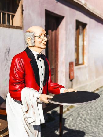 invitando: hombre estatua mayordomo con la bandeja, invitando a los clientes