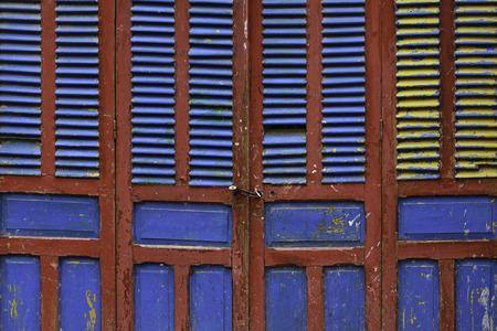 다채로운 문 초록