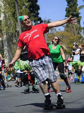샌디에고, 캘리포니아, 미국 -2011 년 3 월 16 일 샌디에고, 캘리포니아에서 세인트 패 트 릭의 날 퍼레이드와 축제에서 롤러 스케이터 이번 이벤트는 샌