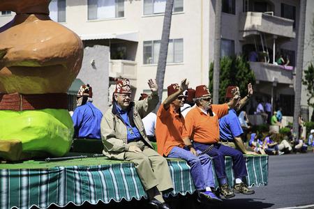 샌디에고, 캘리포니아, 미국 -13 월 16 일 : 2013 년 3 월 16 일에 세인트 패트릭의 날 퍼레이드에서 다채로운 알 Bahr 플 로트 샌디에고, 캘리포니아이 이벤