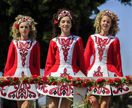 샌디에고, 캘리포니아, 미국 - 2013 년 3 월 16 일 샌디에고, 캘리포니아에서 세인트 패트릭의 날 퍼레이드와 축제에서 댄스 그룹이 이벤트는 샌디에고에 에디토리얼