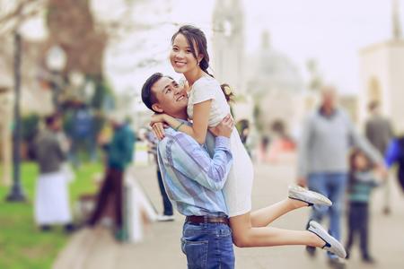 행복 한 젊은 커플 야외 것을 즐길 수