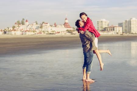 행복 한 젊은 커플 해변에서 재미 스톡 콘텐츠