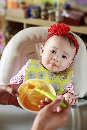 아기 먹는 단단한 음식 스톡 콘텐츠