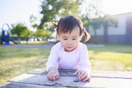 야외 연주 유아 소녀