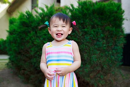 아시아 유아 소녀 재생 야외