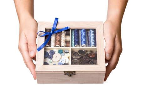 lazo regalo: Pretty manos femeninas mostrar costurero de madera Foto de archivo