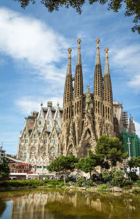 サグラダ ・ ファミリア大聖堂の眺めでバルセロナ、スペイン、アントニ ・ ガウディによって設計されました。 報道画像