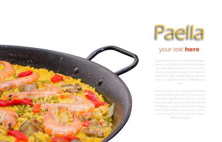 Close-up van traditionele Spaanse paella gekookt in een pan, op een witte achtergrond Stockfoto