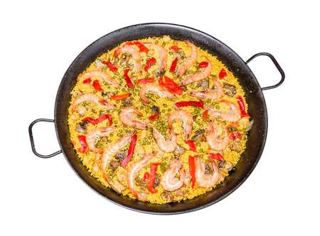 Tradizionale paella spagnola cotta in padella, con riso giallo e frutti di mare, isolato su sfondo bianco Archivio Fotografico