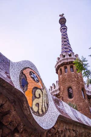 trencadis: Primer plano de entrada de la torre pabell�n del Parque G�ell, dise�ado por Antonio Gaud�, en Barcelona, ??Espa�a Foto de archivo