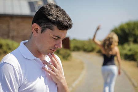 kavgadan sonra arka planda bırakarak odak ve öfkeli kadın mutsuz sinirli adam Stok Fotoğraf