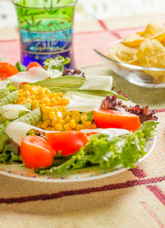 plato de ensalada: Comida mexicana tradicional en la mesa, con la placa de ensalada y plato de nachos Foto de archivo