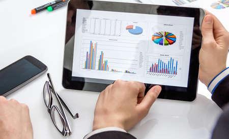 informe comercial: La gente de negocios an�lisis de los gr�ficos financieros y documentos en una reuni�n para el �xito de la empresa Foto de archivo