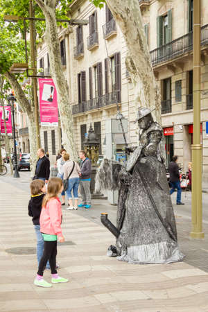 ramblas: Street artist in La Rambla street of Barcelona Editorial