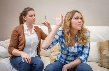 Furious giovane madre in una discussione con i suoi problemi figlia adolescente tra le generazioni concetto