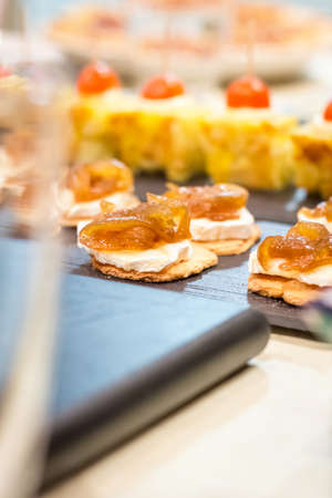 tapas españolas: Primer plano de queso español típico con pinchos caramelizado cebolla y tapas de tortilla en un bar Foto de archivo