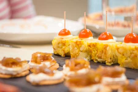 tapas españolas: Primer plano de típicas tapas tortilla española y queso con cebolla caramelizada pinchos en un bar Foto de archivo