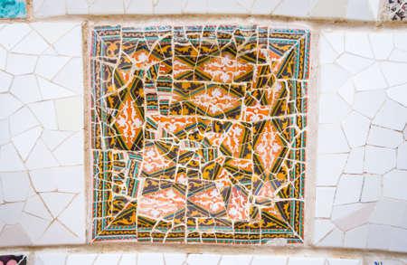 trencadis: Famoso detalle colorido mosaicos de cer�mica, dise�ado por Antonio Gaud�, y m�s conocido como trencadis Situado en el parque G�ell de Barcelona, ??Espa�a