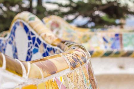 trencadis: Colorido mosaico cer�mico primer plano en un banco del parque G�ell, dise�ado por Antonio Gaud�, en Barcelona, ??Espa�a