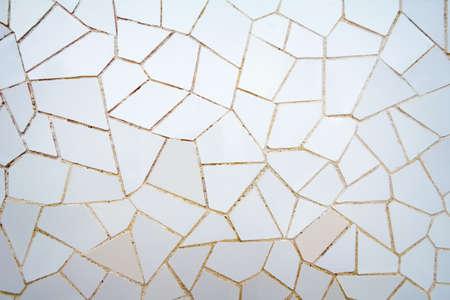 trencadis: Blanco cer�mica detalle el modelo de mosaico, dise�ado por Antonio Gaud� y m�s conocido como trencadis Situado en el parque G�ell de Barcelona, ??Espa�a Foto de archivo