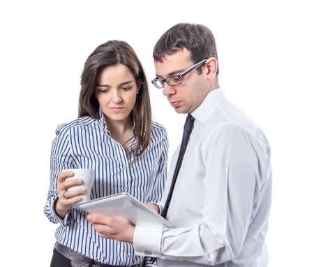 personas leyendo: Los j�venes de negocios la lectura de documentos con la tableta digital en pausa para el caf� sobre un fondo blanco