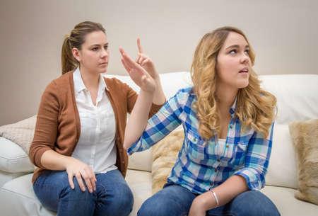 Wściekli młoda matka w rozmowie z jej nastoletnich córek między pokoleniami Problemy koncepcji Zdjęcie Seryjne