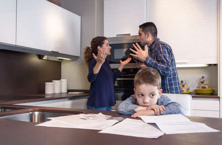 Smutne dziecko cierpi i jego rodzice posiadający twardą dyskusję w kuchni w domu przez kilka trudności, problemy rodzinne koncepcja