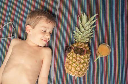 Юный мальчик голый загорает фото 139-437