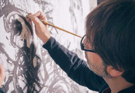 그의 스튜디오에서 현대 추상 오일 캔버스에서 작업하는 화가 예술가의 근접 촬영
