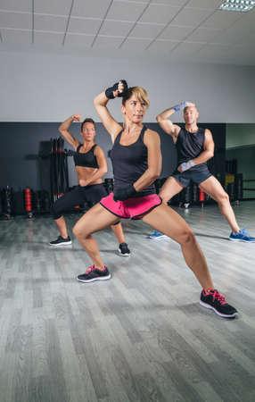 피트니스 센터에서 하드 권투 훈련에있는 사람들의 그룹