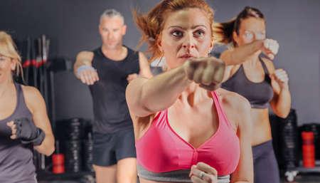 체육관 훈련 펀치에 하드 복싱 클래스에있는 사람들의 그룹