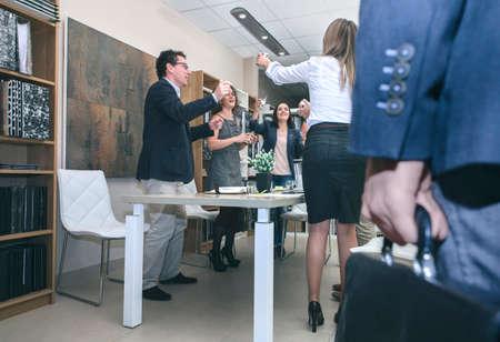 큰 파티를 축 하하는 그의 노동자 동안 사무실에 도착하는 서류와 손 수석의 닫습니다