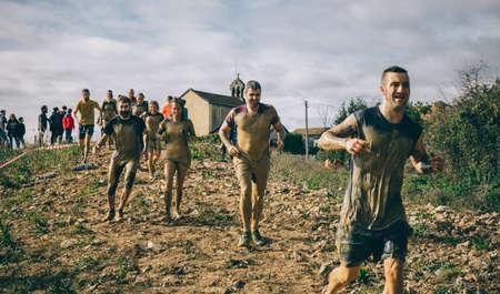 GIJON, ESPAÑA - 31 de enero, 2016: corredores sucios en el evento de carrera farinato, una carrera de obstáculos extrema, celebrado en Gijón, España, el 31 de enero, el año 2016