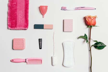 higiene: Composición de higiene íntima femenina de conjunto sobre fondo blanco. Vista desde arriba.