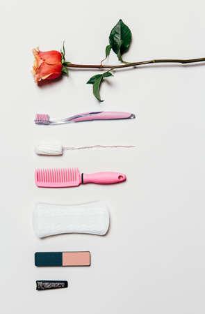 elementos de protección personal: Composición de higiene íntima femenina de conjunto sobre fondo blanco. Vista desde arriba.