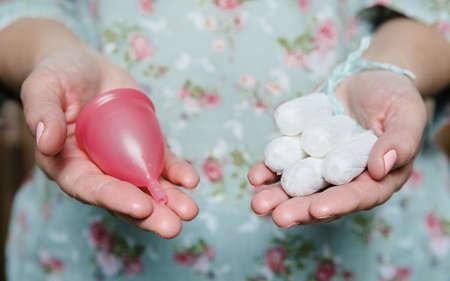 elementos de protección personal: Mujer, tenencia, tampones, menstrual, taza, manos