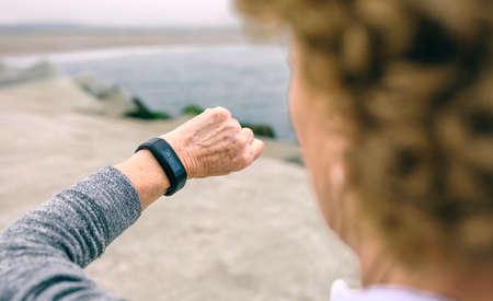 認識できないシニア女性のスマートな腕時計を探して