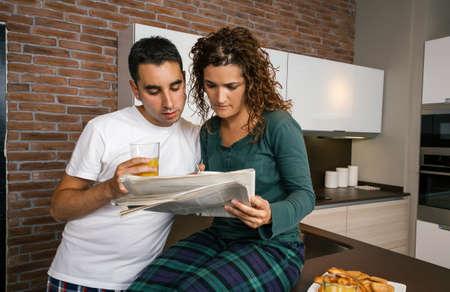 キッチンで朝食をとり、新聞を読むカップル 写真素材 - 96074591