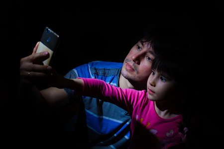 Portrait d & # 39 ; un père et une fille dans une basse mettre selfie selfie Banque d'images - 102007956