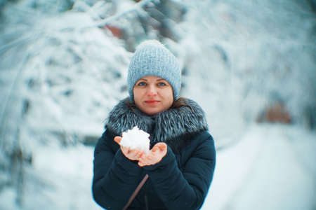 winter girl portrait in hat with blurry background. Banque d'images